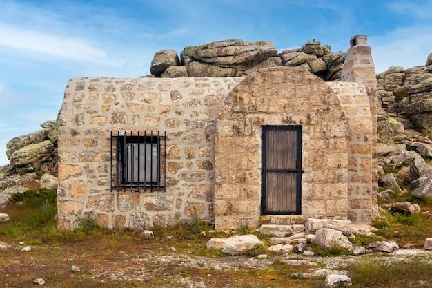Berghütte in cueva valiente. zwischen den provinzen segovia, avila und madrid, spanien. im nationalpark sierra de guadarrama