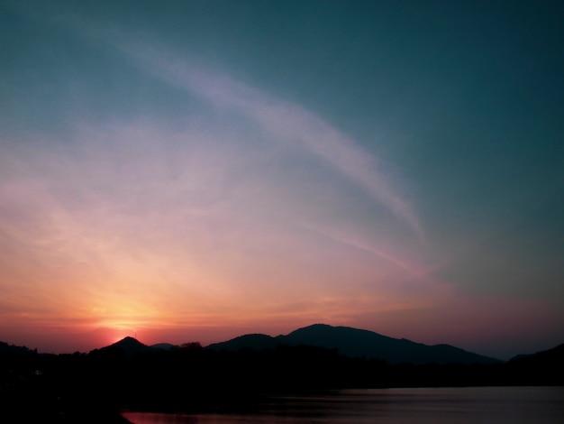 Bergkette bei sonnenuntergang, see. blick auf bergsee vor bergkette,