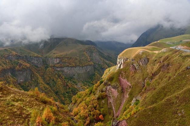 Berglandschaft in der nähe von gudauri vom georgia-russia friendship monument, georgia