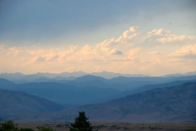 Berglandschaft in georgia, wolken und blauer himmel. gebirge. sonnenuntergang zeit.