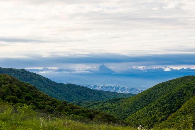Berglandschaft in georgien. landschaft von der didgori-straße. wolken und blauer himmel.