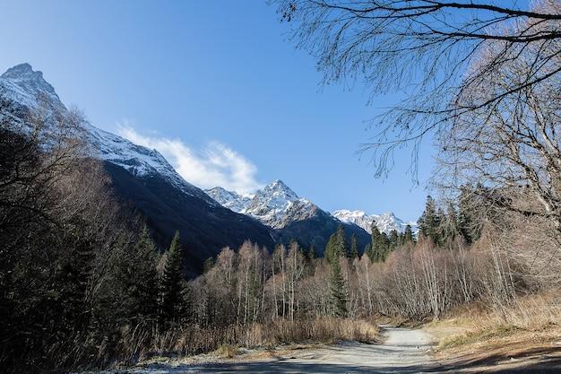 Berglandschaft mit schneebedeckten gipfeln. die berge des kaukasus.