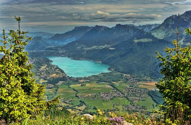 Berglandschaft mit see in den französischen alpen