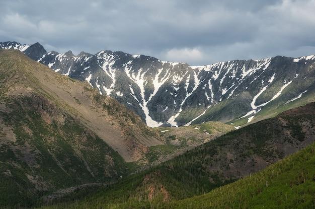 Berglandschaft mit wolken sibirien