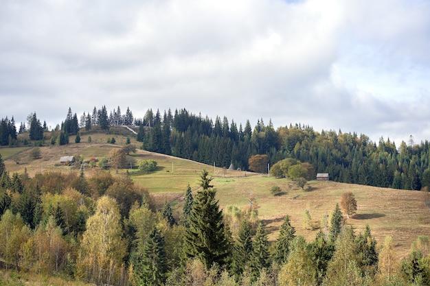 Berglandschaft mit wolkenhimmel karpaten ukraine schöne landschaftsansicht