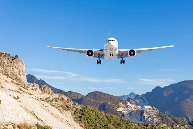 Berglandschaft und landende passagierflugzeuge. reisen sie in die bergländer.