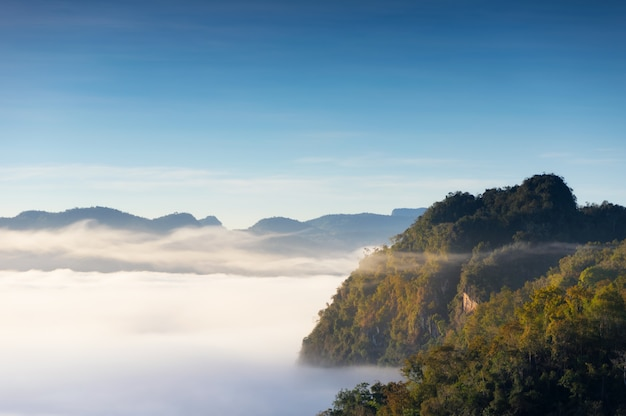 Berglandschaft und morgennebel.