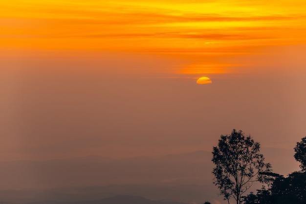 Bergnebel im sonnenaufgang, nebel über berg während des sonnenaufgangs