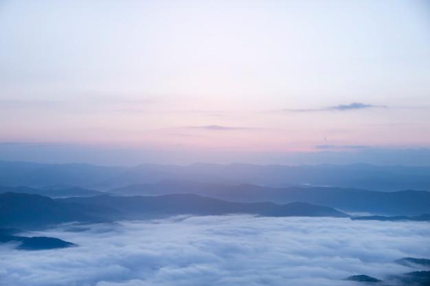 Bergnebelhimmelwolkenlandschaft am morgen.