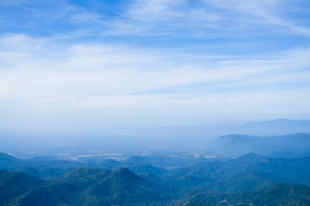 Bergpanorama aus der vogelperspektive. blaue landschaft weit unten, berge, hügel, seen.