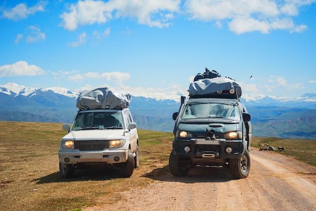 Bergschneestraßenlandschaft. auto 4x4 jeeps auf einem gebirgspass