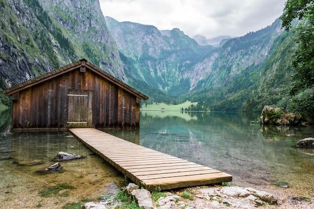 Bergsee bergsee mit dock und bootshaus.