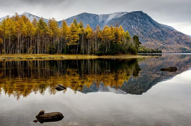 Bergsee froliha mit steinen und reflexion, nahe baikalsee