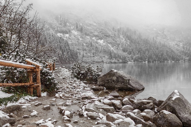 Bergsee im winter. seitenansicht.