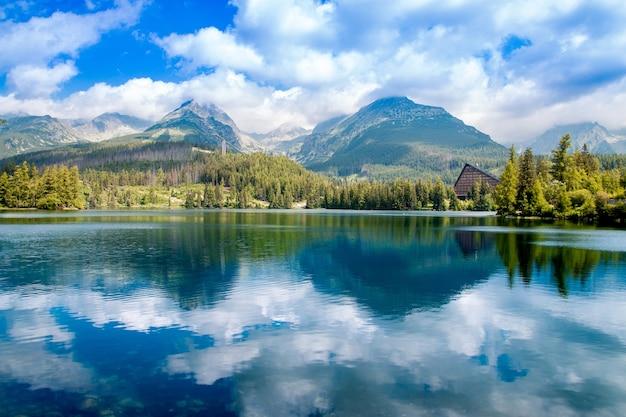 Bergsee strbske pleso im nationalpark hohe tatra. slowakei. europa