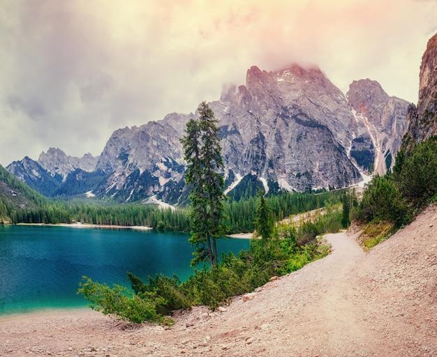 Bergsee zwischen bergen. villa am meer. italien