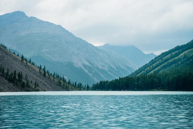 Bergsee zwischen riesigen bergen