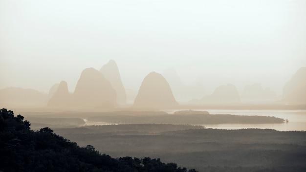 Bergseesonnenuntergangswasserlandschaft mit nebel. see in bergen. sonnenuntergang berg seeblick.