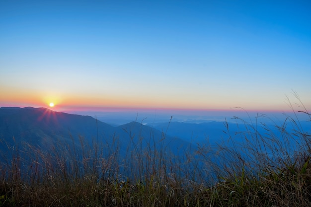 Bergsilhoette am glühenden himmel des sonnenaufgangs