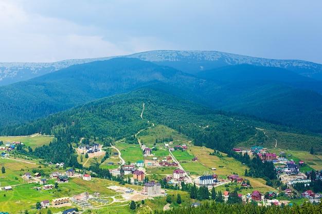 Bergskipiste am sommertag. grüne gebirgslandschaft auf hintergrund.