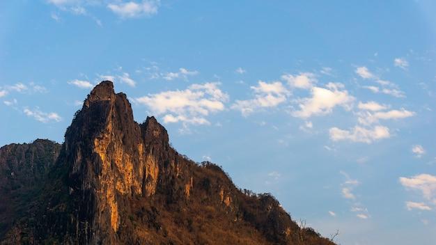 Bergspitze und der blaue himmel mit wolkenlandschaftshintergrund