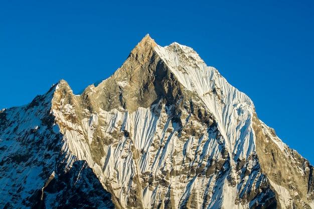 Bergspitzen mit blauem himmel in nepal