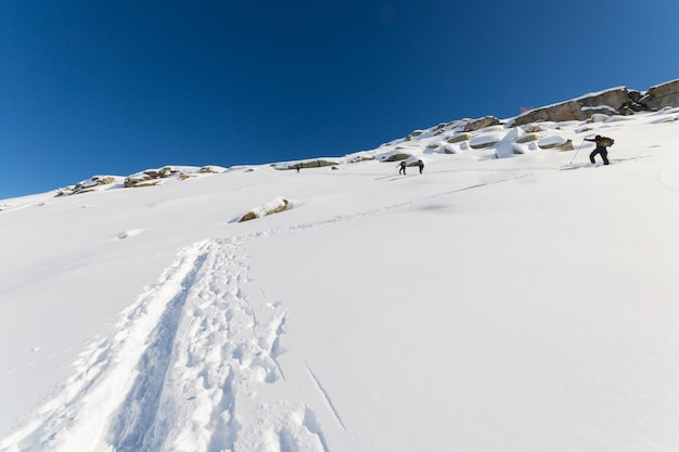 Bergsteigen in richtung berggipfel