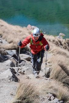 Bergsteiger, der auf nevado de toluca mexiko wandert