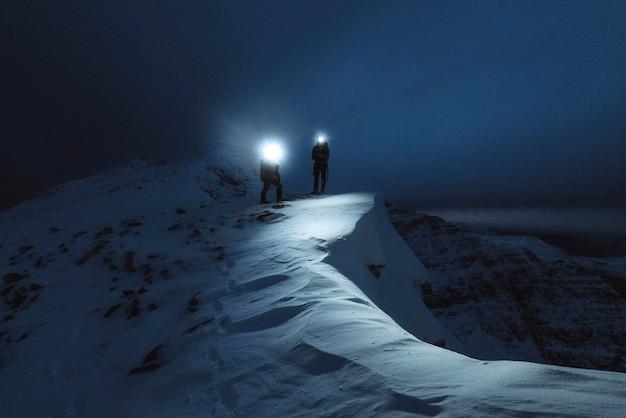 Bergsteiger-trekking in der kalten nacht am liathach ridge, schottland