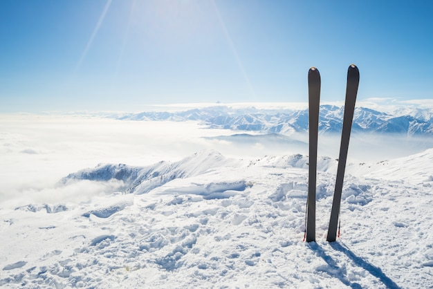 Bergsteigerausrüstung auf dem schnee