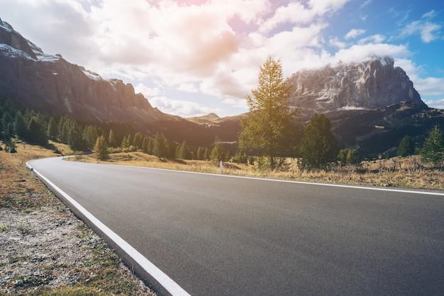 Bergstraßen-autobahn des dolomiten-berges - italien