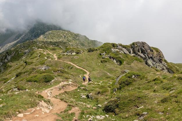 Bergszenen, spaziergang durch den großen aletschgletscher, route aletsch panoramaweg im nationalpark schweiz, europa. sommerlandschaft, bewölkter himmel und sonniger tag