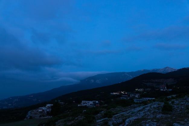 Bergtal bei sonnenaufgang. natürliche sommerlandschaft