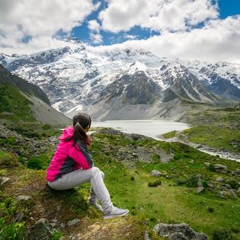 Bergwanderer, der in der wildnislandschaft reist.