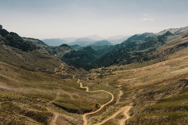 Bergwegstraße auf panoramalandschaft