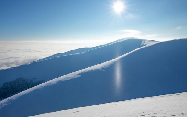 Bergwinterlandschaft. farbige morgendämmerung über den schneebedeckten bergen. drohnenansicht.