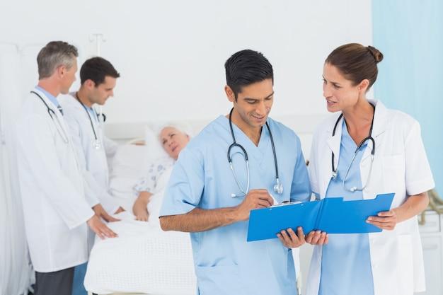 Bericht lesen mit patienten hinter