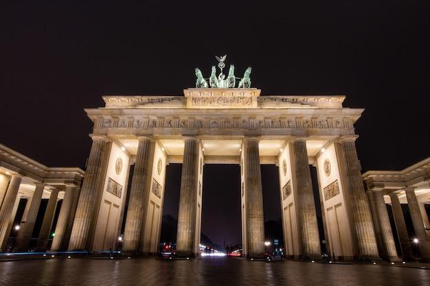 Berlin brandenburg gate in der nacht in berlin, deutschland.