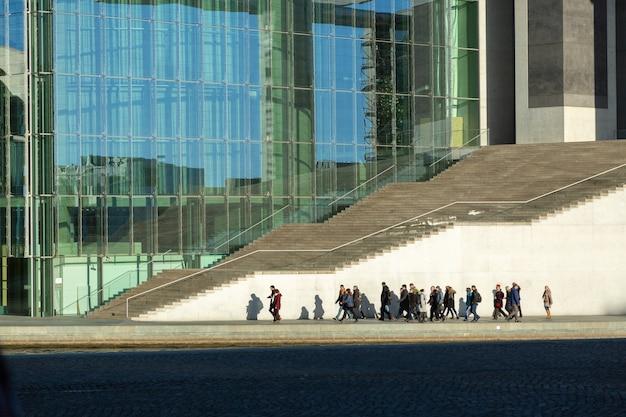 Berlin - deutschland - dcember 2018. menschen gehen um das marie-elisabeth-lueders-haus - modernes gebäude im bezirk mitte ist teil des bundestages.