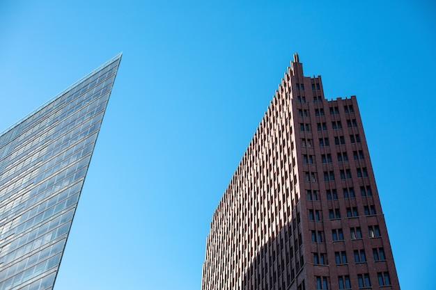 Berlin, deutschland - dezember 2018. zwei moderne gebäude am potsdamer platz gegen den blauen himmel.