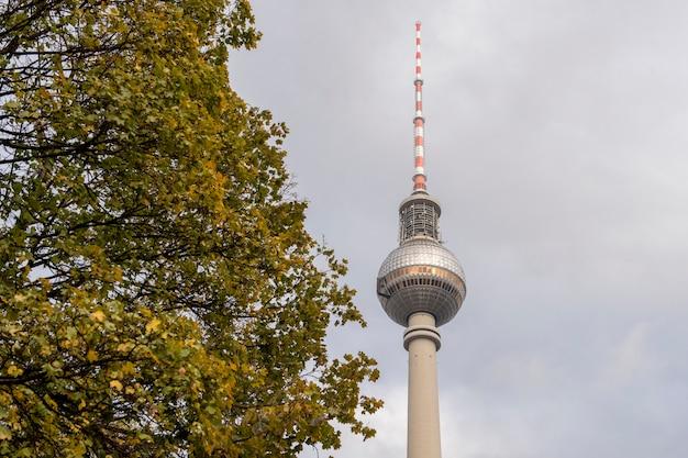 Berliner skyline mit berühmtem fernsehturm bei alexanderplatz und drastischem cloudscape bei sonnenuntergang, deutschland
