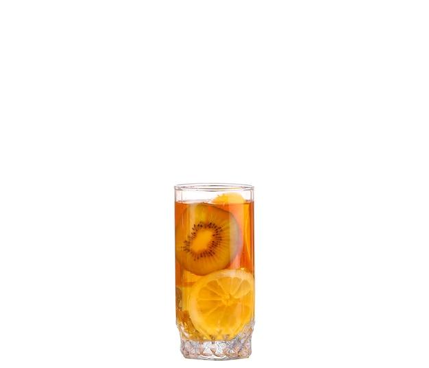 Bernsteincocktail in einem glas lokalisiert auf einem weißen hintergrund