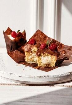 Berry cupcakes mit füllung, schneiden dessert