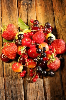Berry mix alten hölzernen hintergrund rustikalen stil vintage retro-sommer