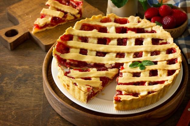 Berry pie sommer süße torte mit frischen beerenerdbeeren auf einem küchentisch textfreiraum