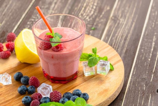 Berry smoothie mit minze, heidelbeere und himbeere