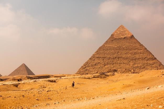 Berühmte ägyptische pyramiden von gizeh. landschaft in ägypten. pyramide in der wüste. afrika