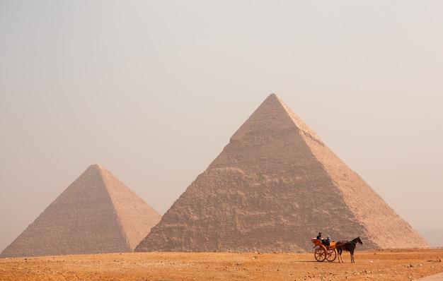 Berühmte ägyptische pyramiden von gizeh. landschaft in ägypten. pyramide in der wüste