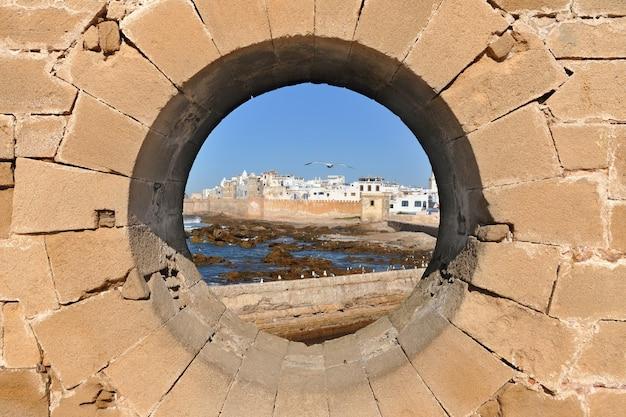 Berühmte ansicht der medina von essaouira durch ein rundes fenster