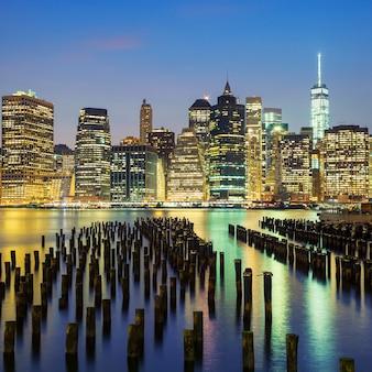 Berühmte ansicht der skyline der innenstadt von new york city manhattan in der abenddämmerung, usa.